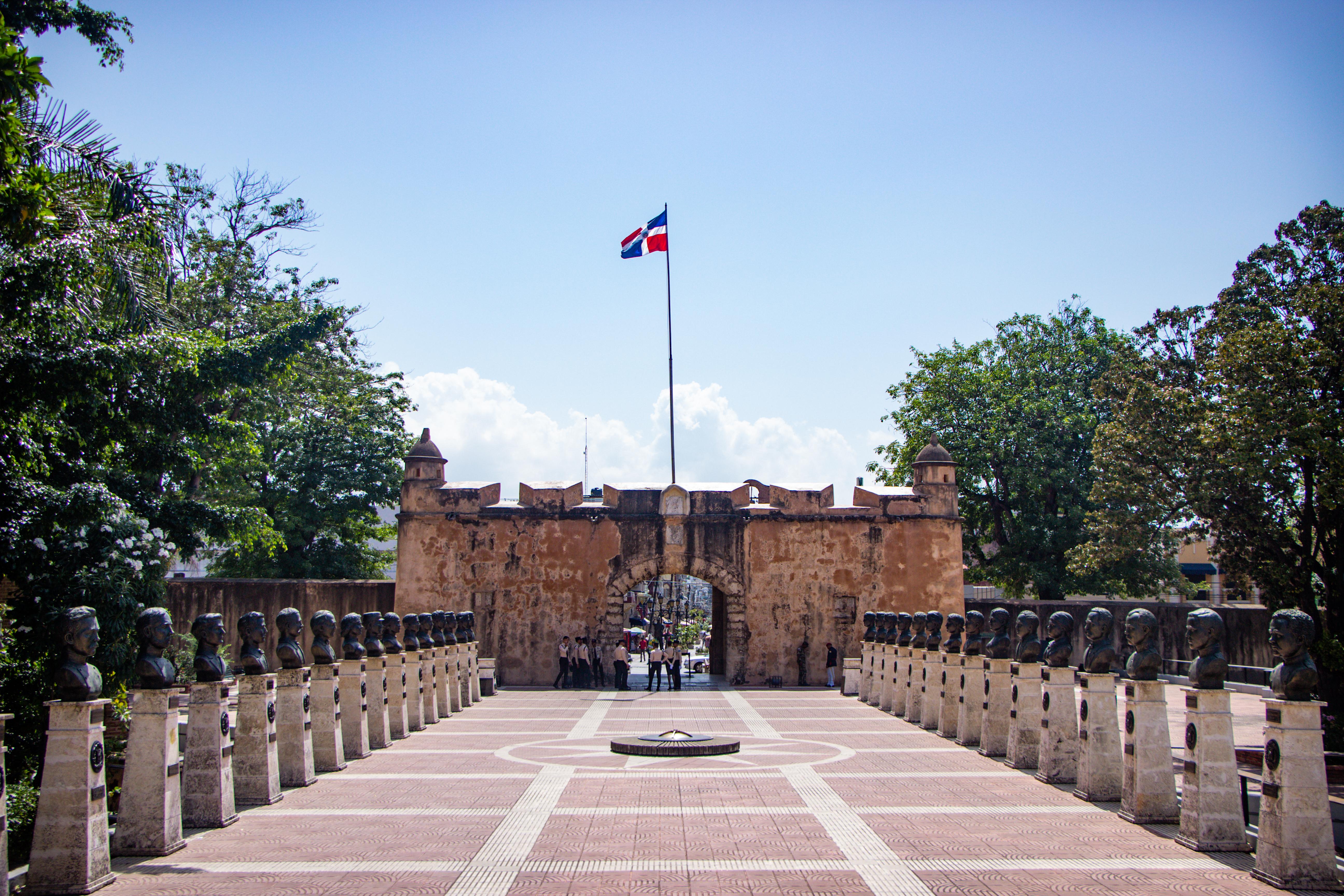 Independencia Park, encontra-se a Puerta del Conde