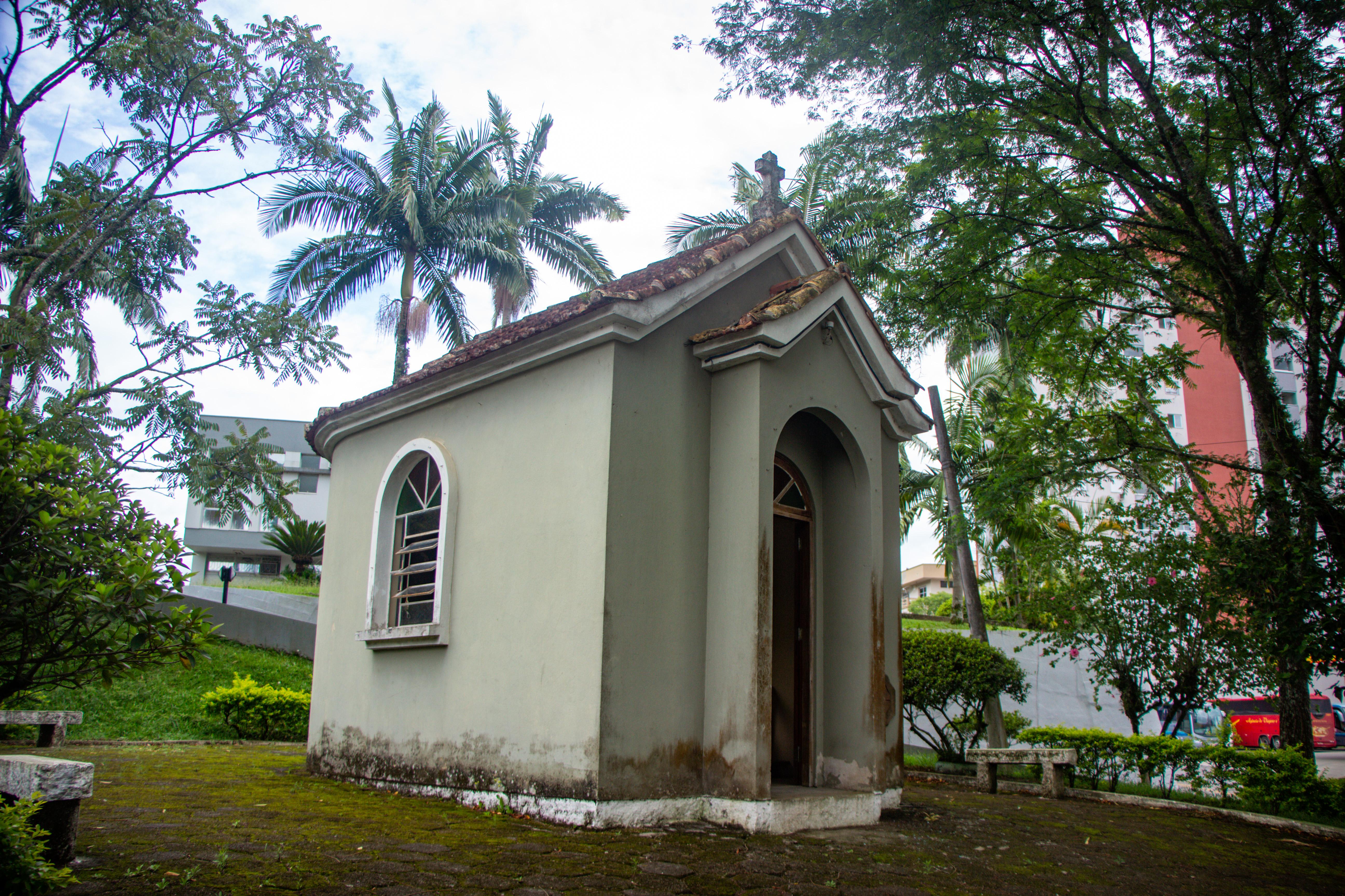 ORLEANS, Réplica da Primeira Igreja e Conde D'Eu